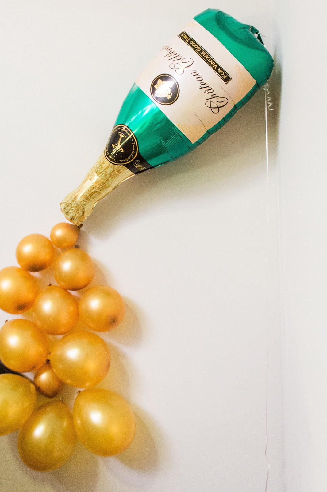 diy photobooth backdrop, champagne balloon design, NYE holiday party ideas