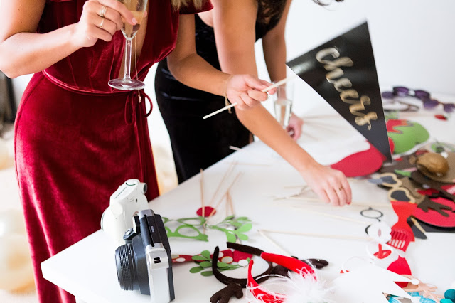 how to set up photobooth, DIY photobooth, holiday party ideas
